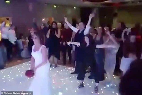 مشاجرة طريفة بين شاب وفتاة في حفل زفاف بسبب باقة زهور عروس