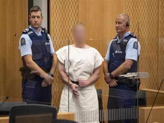 ما معنى الإشارة التي فعلها إرهابي نيوزيلندا بيده أثناء محاكمته؟