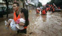 الجثث بين الحطام.. 73 قتيلا حتى الآن جراء فيضانات إندونيسيا