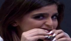 """شاهد بالفيديو: """"حلا الترك"""" تصدم الجميع بطريقة أكلها.. """"عفوية """" أم """"مُقرفة"""" ؟!"""