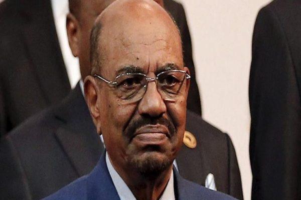 """""""إقالة في الثالثة فجرًا"""".. """"سي إن إن"""" تكشف كواليس إطاحة جيش السودان بالبشير"""