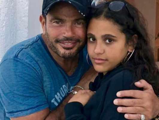 شاهدوا ابنتا عمرو دياب تثيران الجدل من جديد بحركات غير لائقة - بالصور