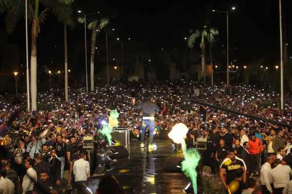 """شاهدوا إغماءات وغضب في حفل محمد حماقي.. والجمهور يصرخ: """"وقف هنموت""""!!"""