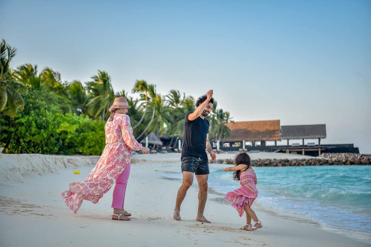 ظهور نادر لزوجة محمد صلاح وابنتهما على شاطئ البحر .. شاهد بالصور
