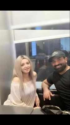 ظهور أحمد سعد مع صديقته الشقراء يثير الجدل على السوشيال ميديا - بالصور