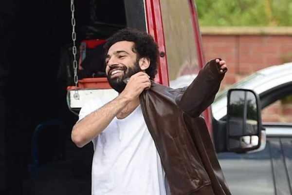 شاهد بالصور - كواليس إعلان محمد صلاح الجديد مع شبيهه