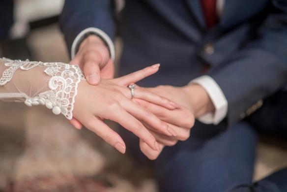 عروس تجمع بين حفل زفافها وجنازة إحدى أقاربها لتوفير تكاليف الكنيسة