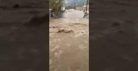 لقطات مروعة للحظة جرف السيول بالسعودية طفلا صغيرا (فيديو)