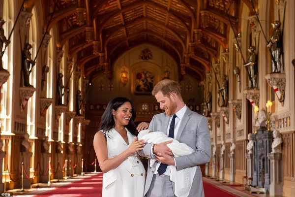 شاهدوا بالصور ... أول ظهور لمولود الأمير هاري وميغان ماركل!