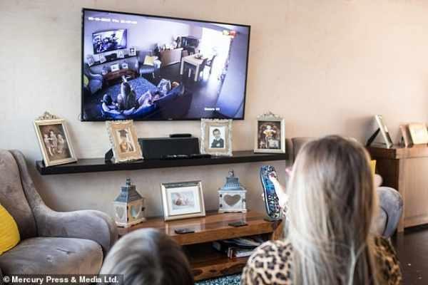 صدمة سيدة بريطانية بعد تركيب كاميرات مراقبة في منزلها.. هذا ما اكتشفته وكان يحدث على مدار عامين - بالصور