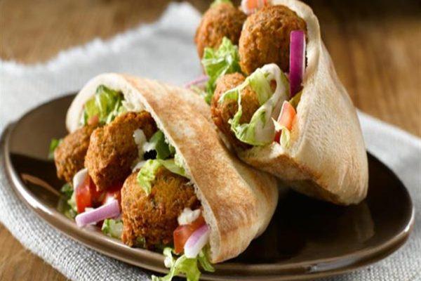 """في اليوم العالمي للفلافل.. أسعار ساندوتشات """"الطعمية"""" في 7 محال شهيرة"""