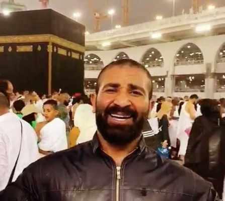 صادم.. أحمد سعد يغني وينشد أمام الكعبة المُشرفة ويتعرض لهجوم عنيف !!! .. شاهد بالفيديو