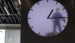 شاهد بالفيديو … اغرب ساعة في العالم هل يعمل حقا رجل داخلها؟