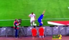 فيديو: جامع الكرات يتعرض لموقف طريف خلال مباراة إيطاليا واليونان