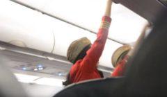 شاهدوا بالفيديو - ركاب يعتدون بالضرب على مضيفة طيران .. و السبب !!