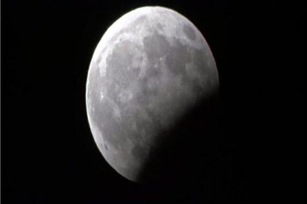 يبدأ في الثامنة و42 دقيقة مساء الثلاثاء.. غدا خسوف جزئي للقمر