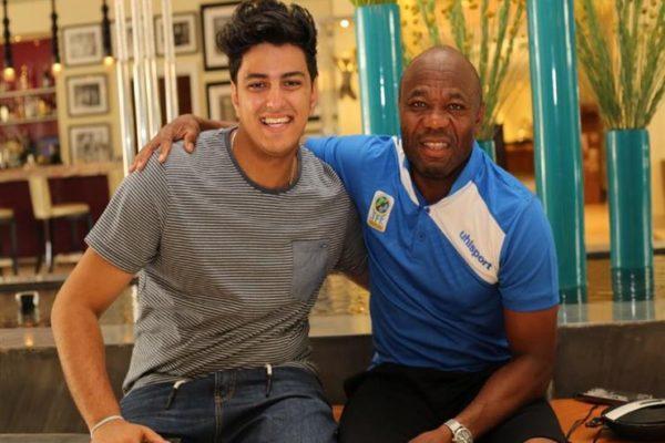 مرافق تنزانيا.. كيرلس جورجيوس.. صدفة قادته لحلمه.. وتحول لمترجم إيمانويل أمونيكي في كأس الأمم