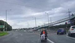 امرأة على مقعد متحرك تنجو من حادث تصادم بأعجوبة (فيديو وصور)