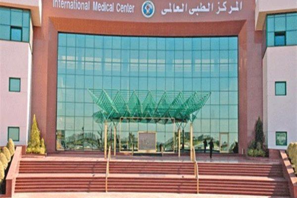 المركز الطبي العالمي يستضيف خبير إنجليزي لجراحة العيون