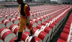 أسعار النفط تهبط لكنها تتجه لتحقيق أكبر مكسب أسبوعي
