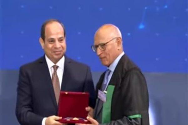 فيديو.. الرئيس السيسي يكرم عددًا من أساتذة الجامعات بمناسبة عيد العلم