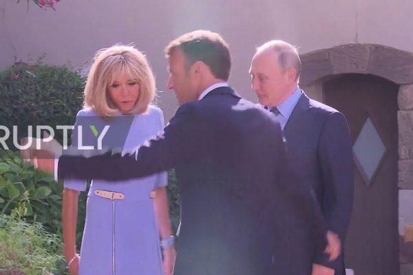 زوجة ماكرون تتألم خلال مصافحة بوتين في زيارة رسمية (فيديو)