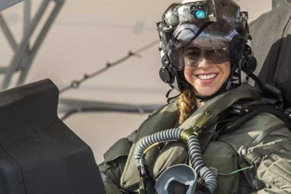 أول امرأة تقود طائرة الشبح المقاتلة في مشاة البحرية الأمريكية