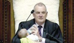 رئيس برلمان نيوزيلندا يرضع طفلًا خلال جلسة برلمانية