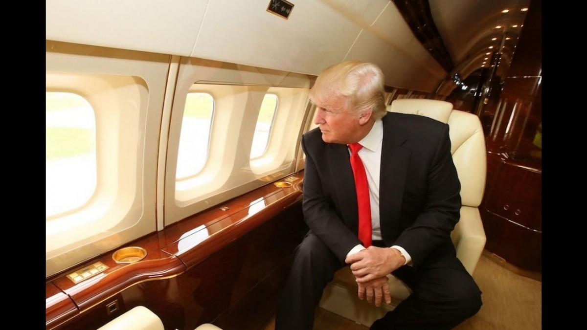 دونالد ترامب في طائرته الخاصة