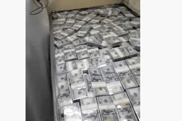 ضبط شحنة كبيرة من صناديق الدولارات في مطار دبي (فيديو)