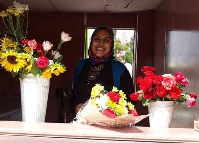 ياسمين «عاشقة الزهور» تخرجت فى الجامعة لتعود لها بائعة للورد