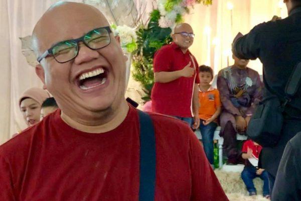 شاهدوا بالفيديو .. رد فعل رجل ماليزي بعدما فوجئ بـ شبيهه في حفل زفاف صديق طفولته - ماذا فعل؟
