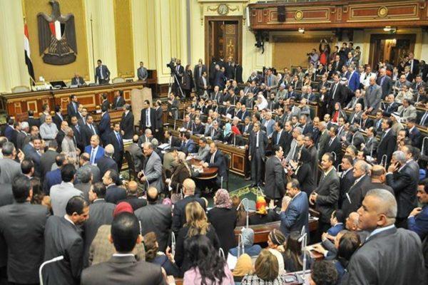 """أطفال الأسمرات يستقبلون أعضاء لجنة إسكان النواب بهتاف """"تحيا مصر"""""""