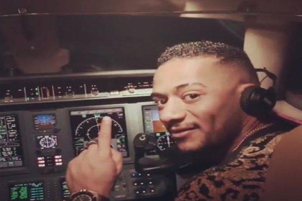 إيقاف طيار فيديو محمد رمضان مدى الحياة