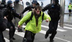 """اعتقالات وجرحى وغاز خلال تظاهرات """"السترات الصفراء"""" في فرنسا"""