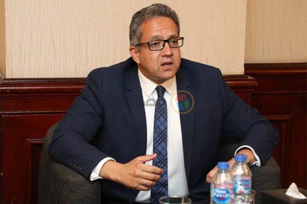وزير الآثار يشارك في افتتاح معرض فني بشارع المعز