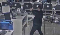 إذا فاتتك الطائرة لا تتصرف بهذه الطريقة.. ردة فعل راكب قادته للاعتقال (فيديو)