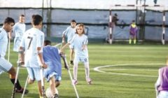 على قدم واحدة وعكاز: أبناء غزة يتحدون «البتر» بكرة القدم