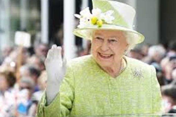 ما لا تعرفه عن الملكة إليزابيث.. مصممة فساتينها تكشف أسرارها