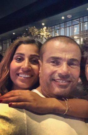 دينا الشربيني تحتضن عمرو دياب بطريقة تثير التساؤلات في يوم ميلاده - شاهد