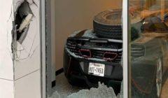 """كيف تسبب إطار شاحنة في تحطم """"ماكلارين 650S"""" متوقفه بصالة عرض؟"""