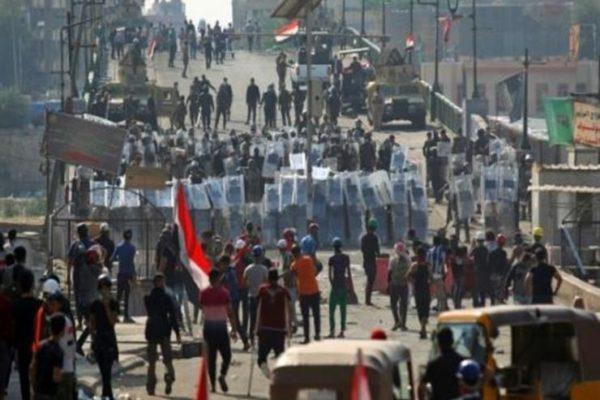 المتظاهرون يتقدمون مجدداً باتجاه جسر حيوي وسط بغداد بعد تراجع القوات الأمنية