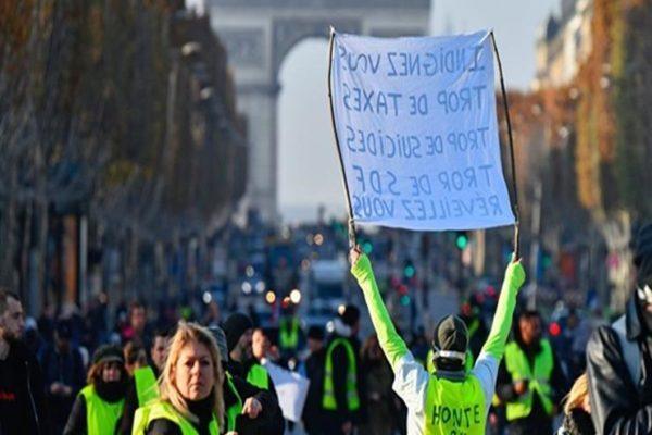 عشرات من أنصار السترات الصفراء يحتلون متجرًا فاخرًا في باريس
