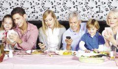 إدمان الهواتف الذكية يؤثر بشكل سلبي على المجتمع