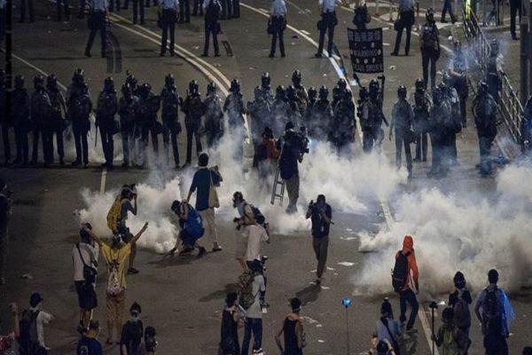 شرطة هونج كونج تحتشد قرب مراكز التسوق مع استمرار المظاهرات