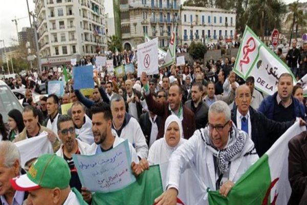 """""""مدنية لا عسكرية"""".. آلاف المتظاهرين يرفضون انتخابات الرئاسة بالجزائر"""