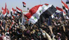 محتجون عراقيون يشعلون إحدى بوابات السفارة الأمريكية في بغداد (فيديو)