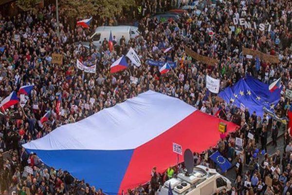 """""""إلى الجحيم"""".. عشرات الآلاف يتظاهرون ضد الحكومة في التشيك"""