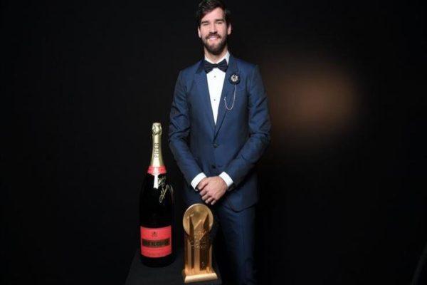 جائزة تاريخية.. أليسون بيكر أفضل حارس مرمى في العالم