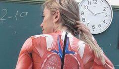 طريقة مبتكرة .. معلمة  تدرس مادة التشريح البشري على جسدها   صور